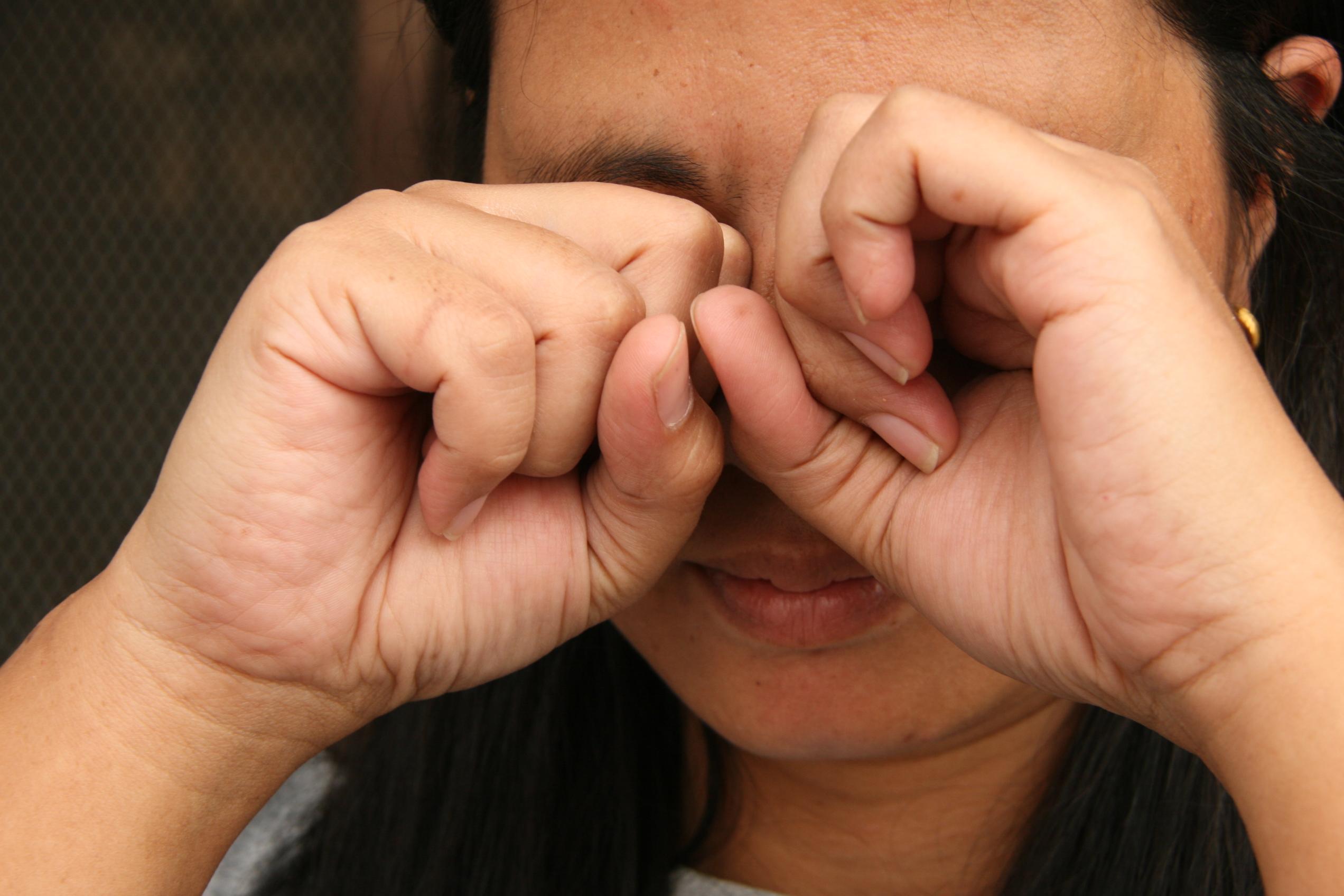 Не тереть глаза при укусе мошки в веко